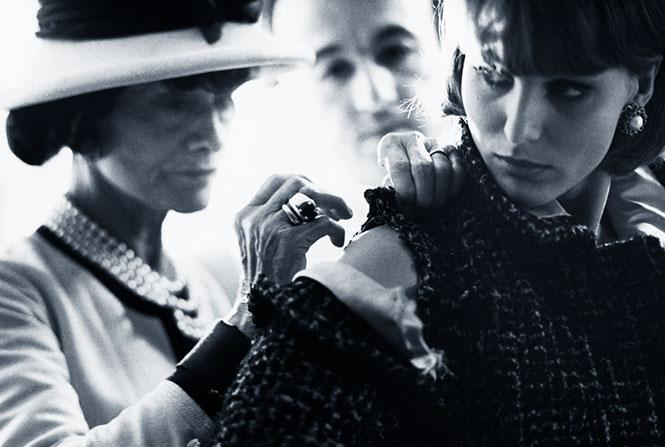 2fde1bb45 Se inicia en la moda con una tienda de sombreros y su fortuna se incrementa  al sacar a la venta el perfume Chanel Número 5. Muere el 10 de enero de  1971 en ...