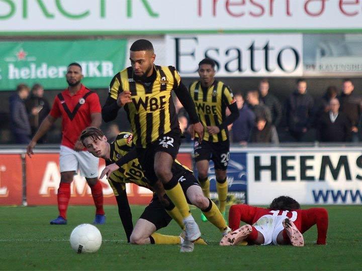 Lo que reporta la prensa holandesa es que los aficionados locales le  pagaron para interrumpir el juego. ba3ad763e81