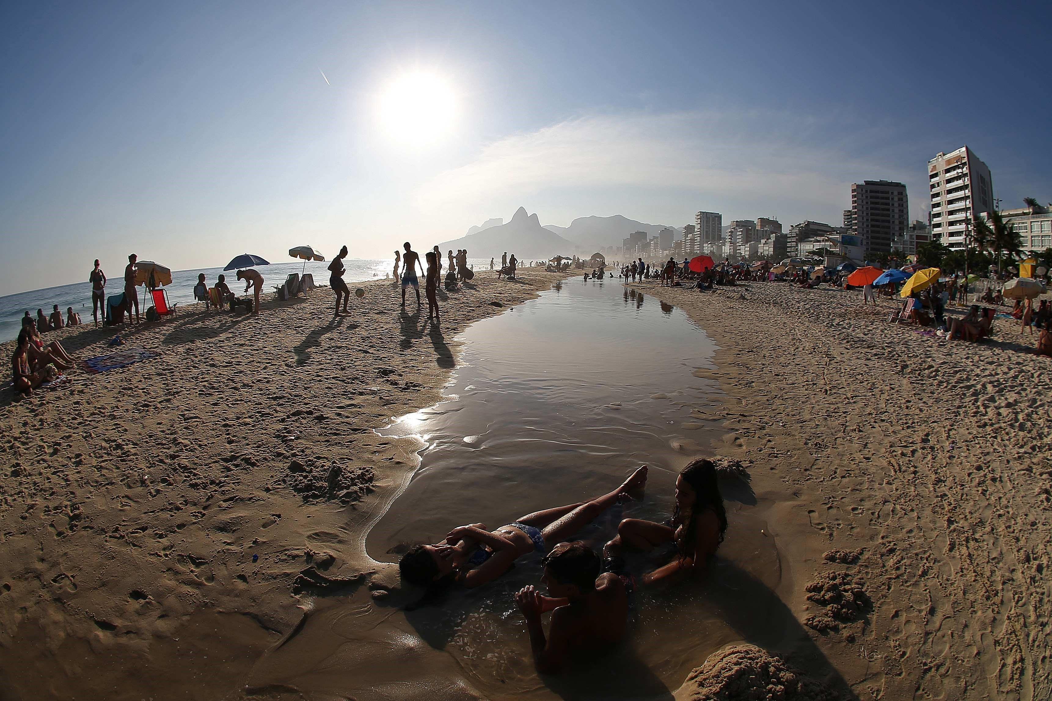 Fotos De Navidad En Brasil.Frio En Brasil Se Preparan Para Una Navidad Con Calor Y Playa