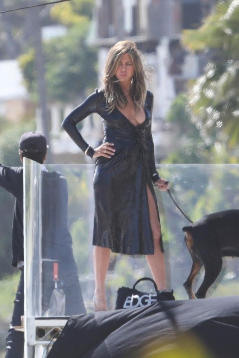 Resultado de imagen para 50 años de jennifer aniston vestido negro