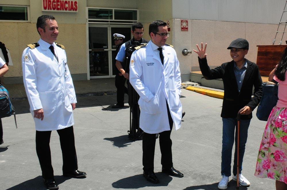 Erik Antonio al momento de abandonar el hospital donde permaneció 6 semanas en terapia intensiva