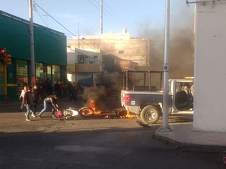 Incendian patrullas por arrollar a peatones en San Martín Texmelucan