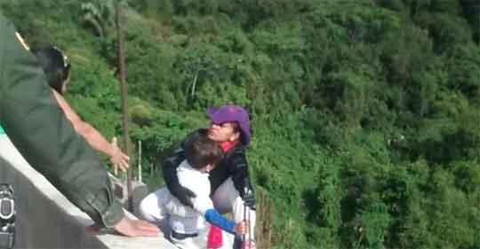 Mujer se lanza de un puente con hijo en brazos; 'mamá, no te tires'