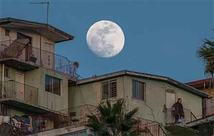 Super luna en 2017 captada en Tijuana, se observa a laLuna enorme iluminando la ciudad,