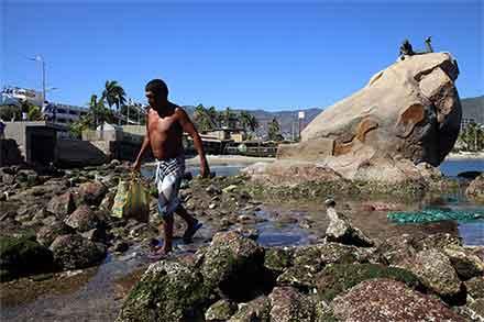 En Acapulco las piedras aparecen una vez que el mar se alejó de la costa