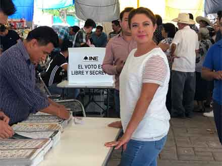 La diputada Nelly Maceda posa después de emitir su voto el pasado 1 de julio