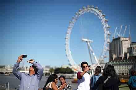 Peronas se toman una selfie bajo una enorme rueda de la fortuna en Londres