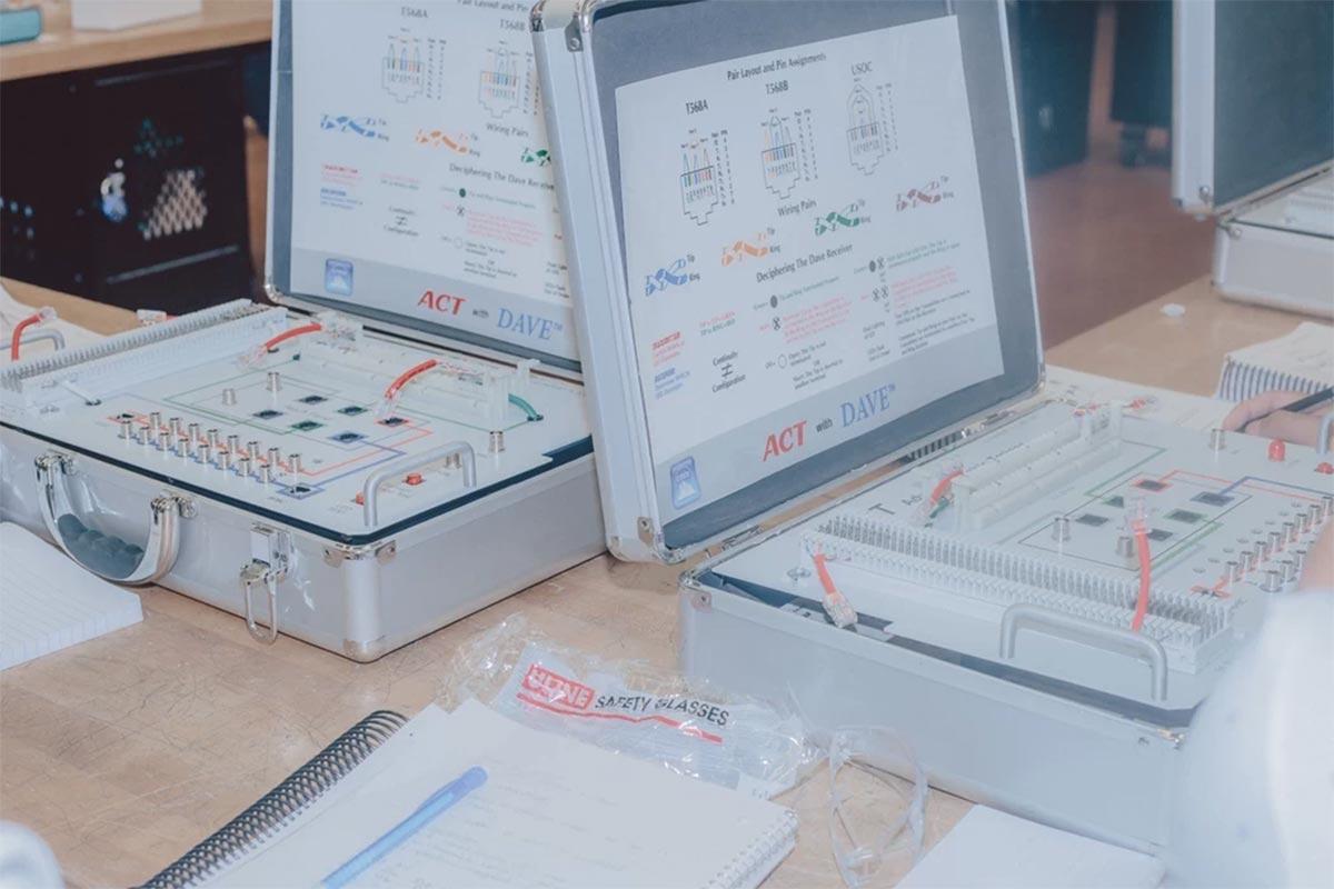 Los kits avanzados de cables (contenedores con cables y cortadores de alambre) permiten a los estudiantes practicar en versiones miniatura de líneas eléctricas