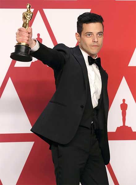Remi Malek levanta su estatuilla del Premio Oscar