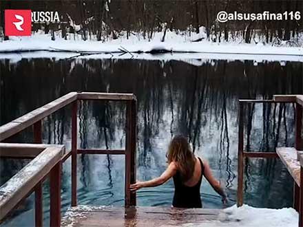 Una mujer está a punto de meterse a un río congelado