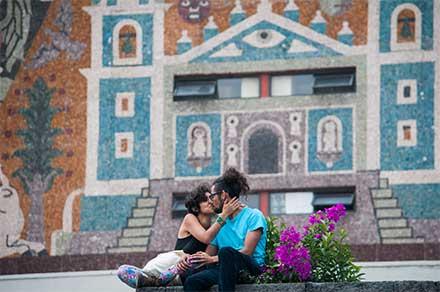 Pareja se besa en una calle de México