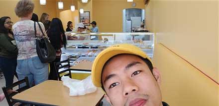 Joven se toma una selfie dentro del negocio