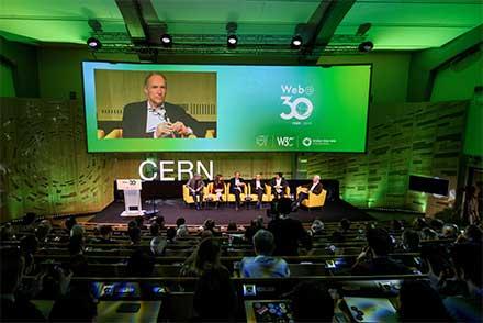 Foro lleno para escuchar a Berners Lee a treinta años de haber inventado una forma de comunicación a través de las computadoras
