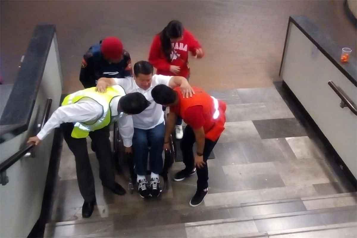 Cargan a usuarios del Metro debido al mantenimiento en las escaleras eléctricas