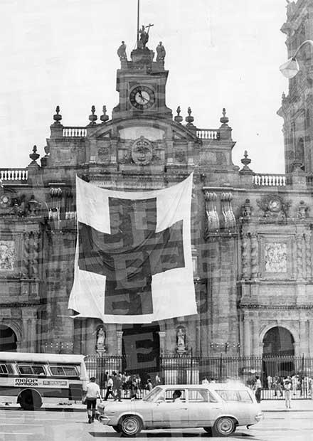Fotografía de una ambulancia de la Cruz Roja frente a Catedral