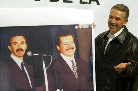 Roberto Madrazo muestra una foto de cuando él y Colosio eran jóvenes