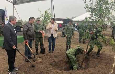 El gobernador observa cómo soldados del ejército abren zanja para sembrar los árboles