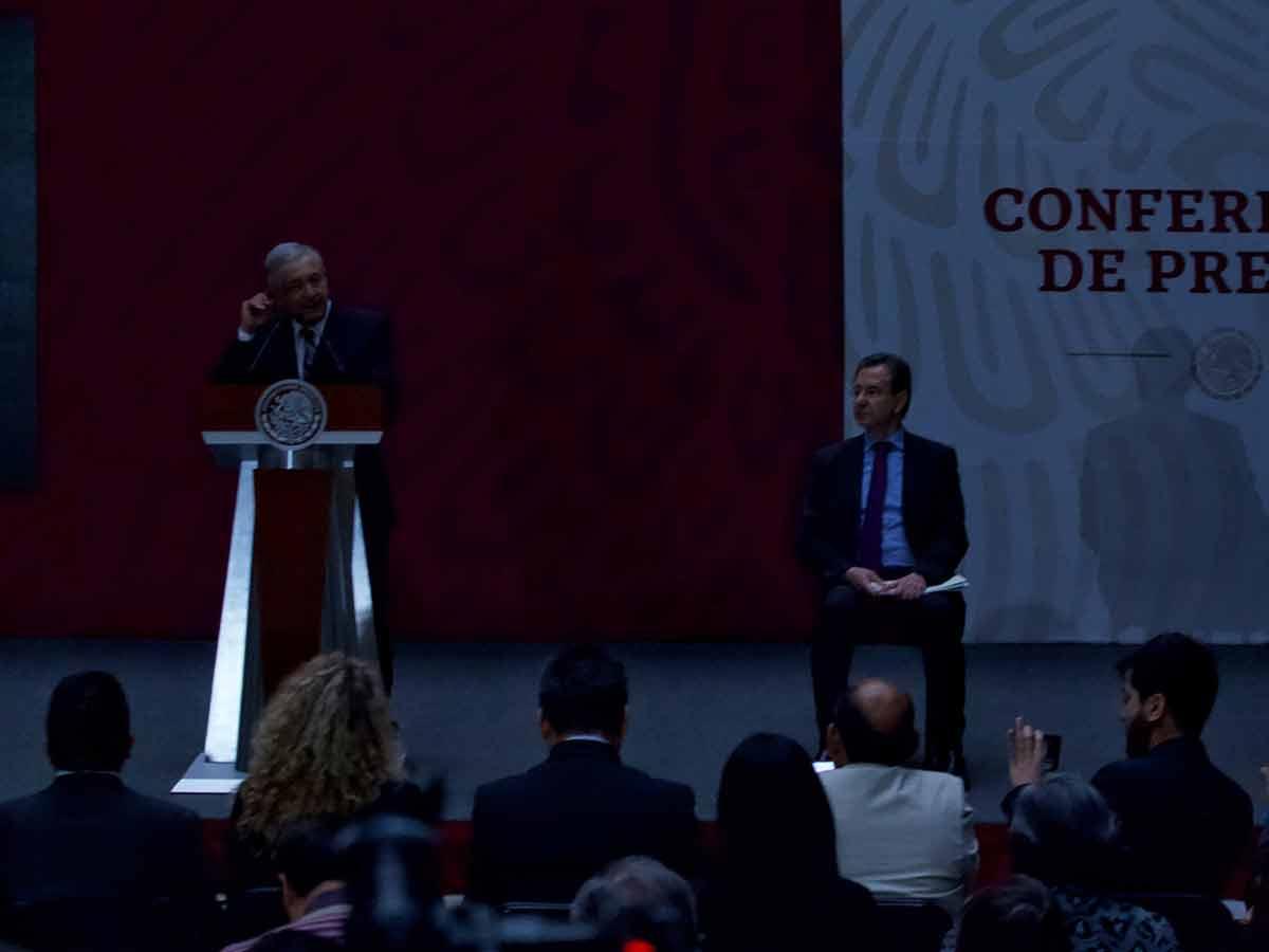 Sorprende 'apagón' a López Obrador en conferencia matutina