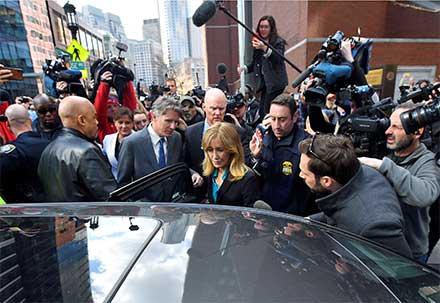 La actriz rodeada de prensa aborda su auto al salir de la Corte