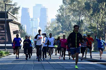 Participantes en una carrera en Chapultepec corren cuesta arriba