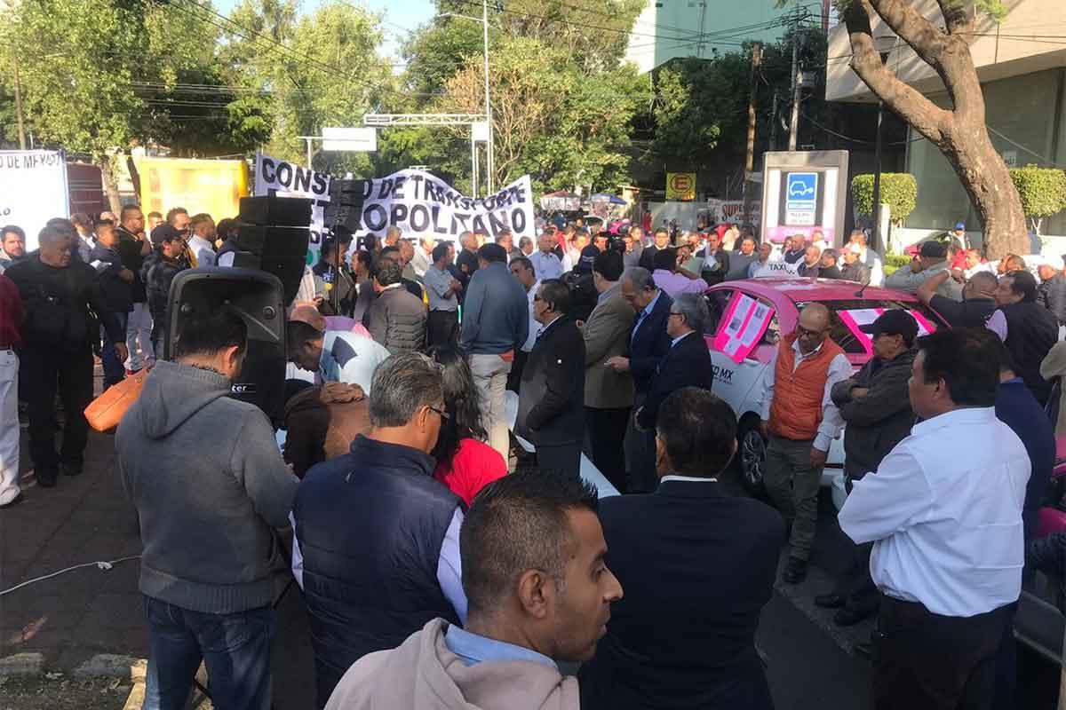 Integrantes del Movimiento Nacional Taxista se concentraron frente a la Semovi esta mañana.