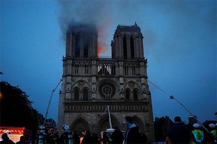 Así cayó la aguja de la catedral de Notre Dame