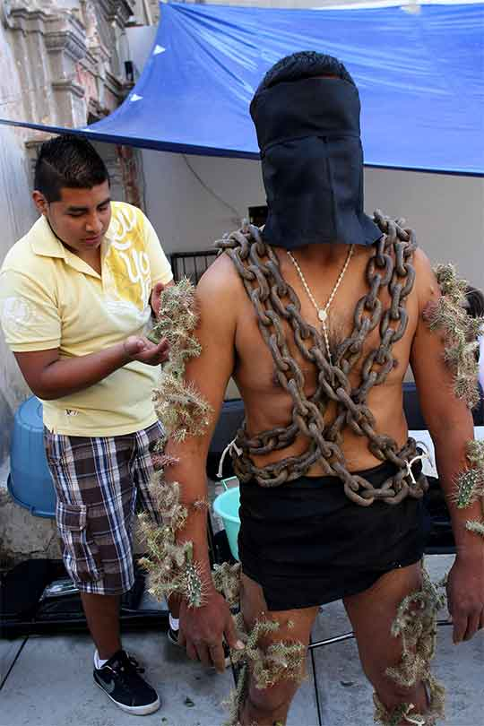 Hombre con una cadena que le rodea el cuerpo en varias vueltas