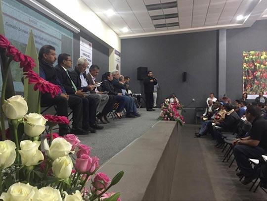 El auditorio y el presidium lleno, para hablar de los riesgos que corre la producción de jitomate