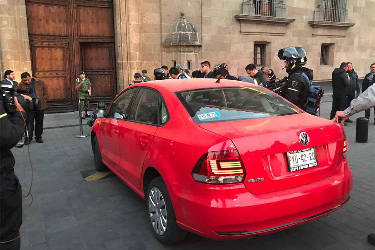 Mariana estacionó su automóvil sobre la banqueta y exige hablar con el presidente.