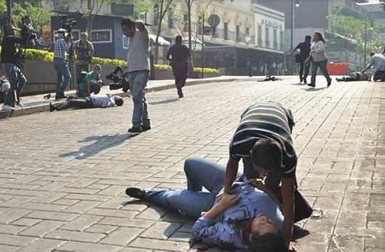Heridos después de la balacera yacen en el piso