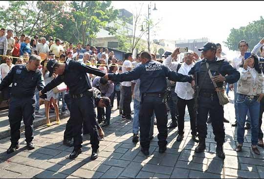 Policías hacen valla para que la gente no se acerque a curiosear