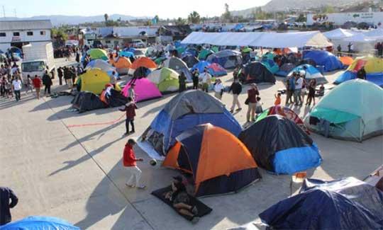 Albergue de migrantes en Tijuana, pernoctan en casas de campaña
