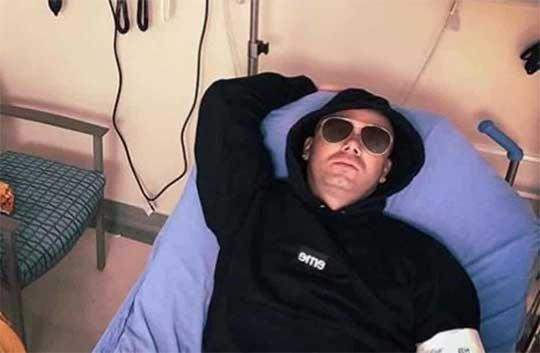Wisin el rapero en cama de hospìtal