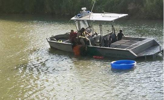 La balsa comenzó a desinflarse y quedó enmedio del río Bravo