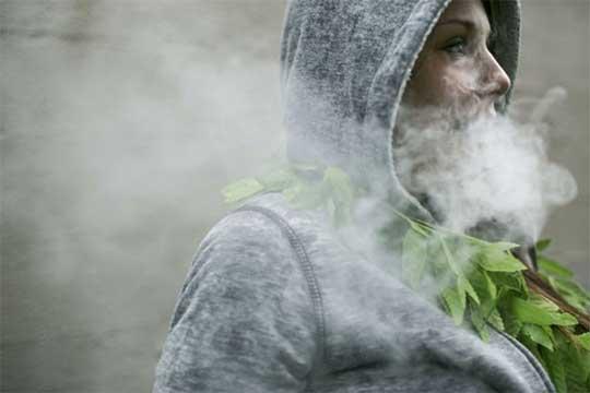 Una persona envuelta en una nube de humo