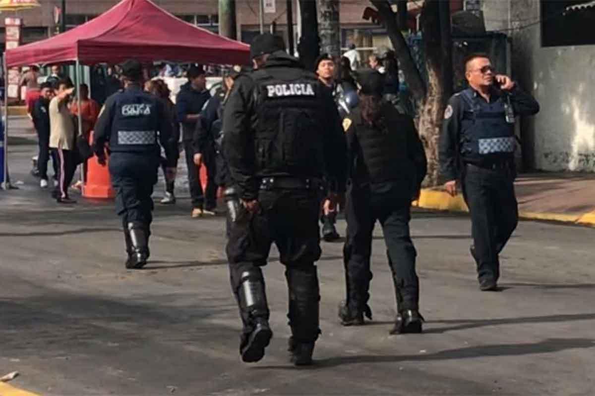 Los policías impidieron que los comerciantes se instalaran en el tianguis de Santa Cruz Meyehualco