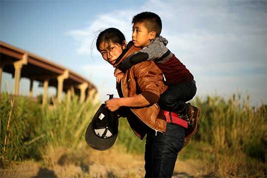 Madre e hijo guatemaltecos rumbo a la frontera con EU