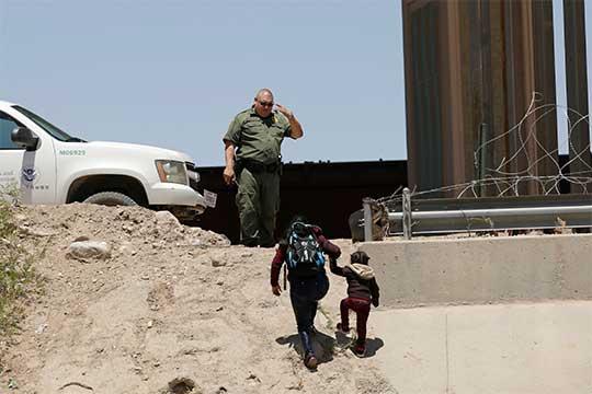 Policía fronterizo captura a dos migrantes, madre e hija, en la frontera