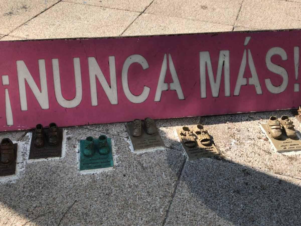 Padres de los niños que murieron en el incendio de la Guardería ABC denunciaron el robo de siete pares de zapatos de los que 25 que fueron colocados el pasado 5 de junio en el Antimonumento