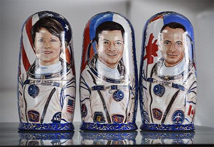 Matruskas con la imagen pintada de los tres astronautas