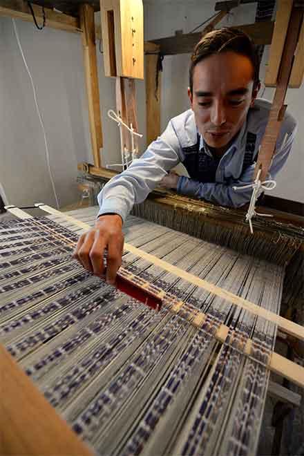 Hombre en un telar en la manufactiura del rebozo