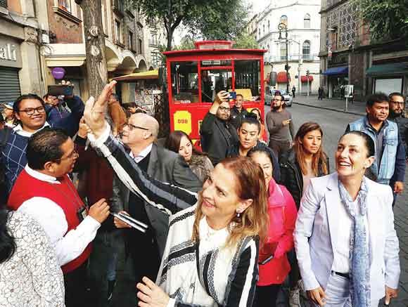 Recorren Gutiérrez Müller y Sheinbaum en tranvía el Centro Histórico