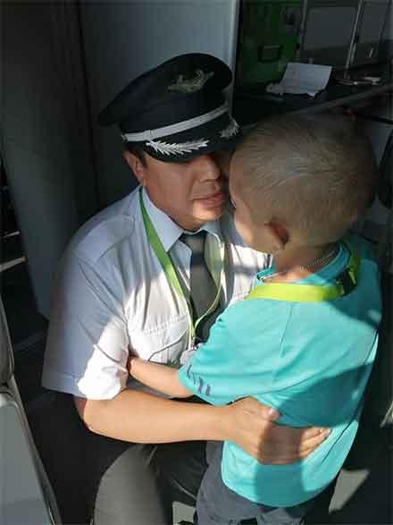 El capitán delavión saluda al pequeño