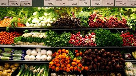 Anaquel de verduras en el supermercado