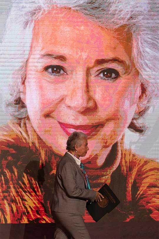 Olga Sánchez camina frente a un cuadro con su imagen