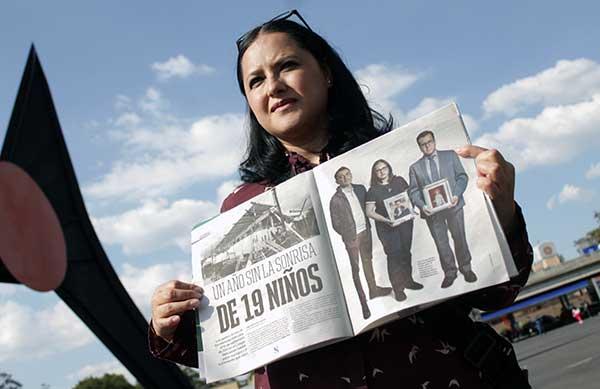 Miriam Rodríguez posa con la edición del suplemento de Excélsior, Código Topo, de septiembre de 2018 sobre el primer aniversario sobre el derrumbe del Colegio Rébsamen. Foto: Jonathan Castro I.