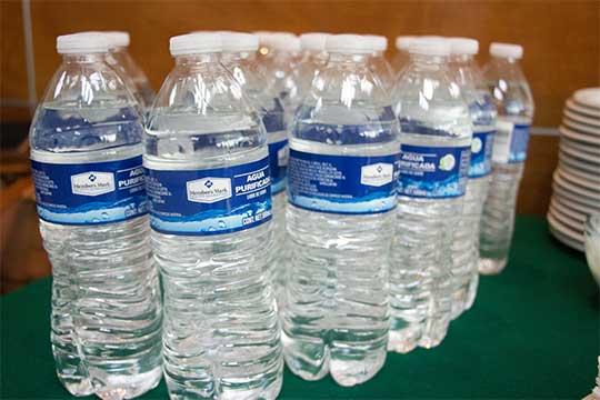 Botella de agua envasadas en PET