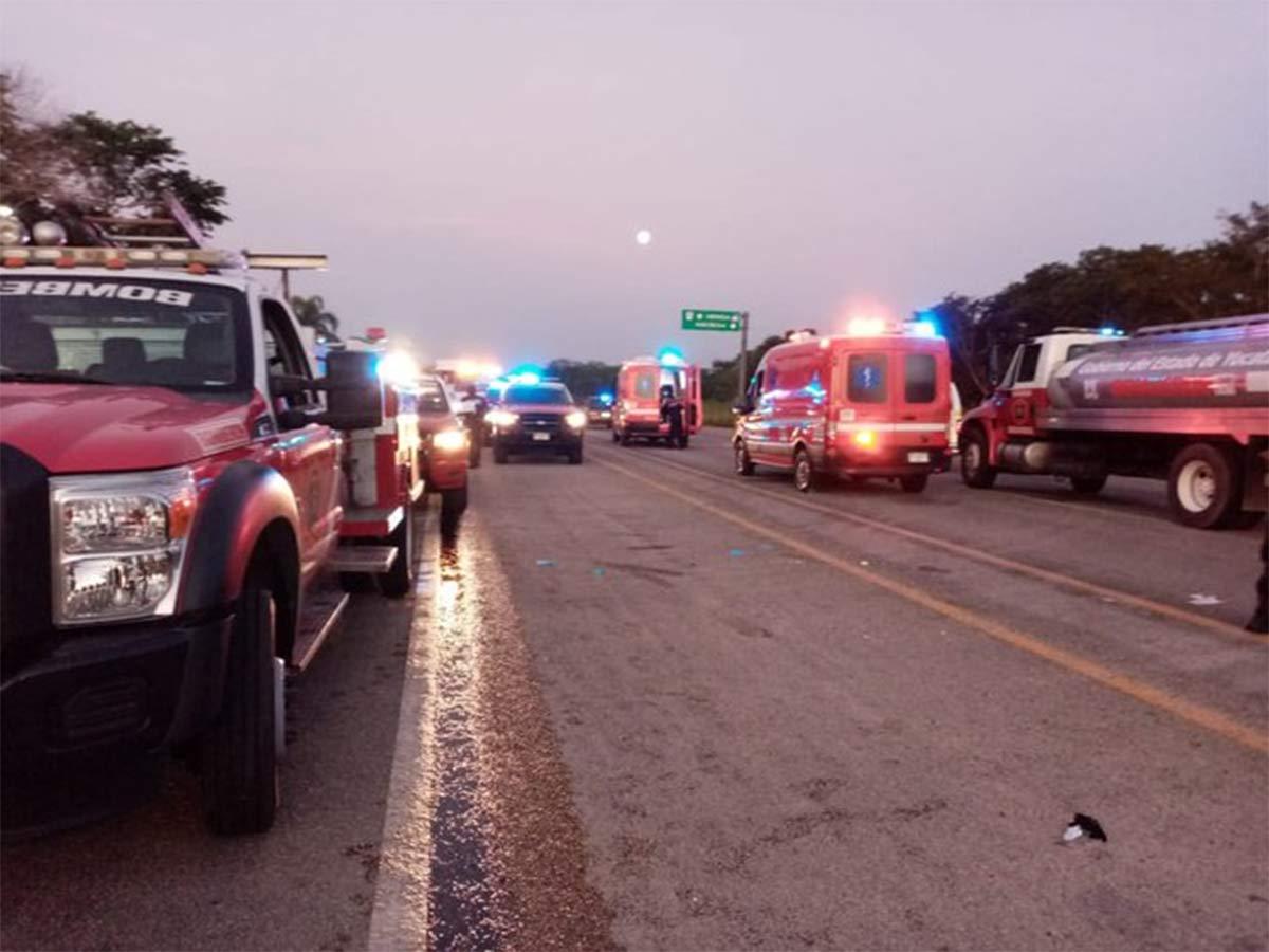 Servicios de emergencia asisten a accidentados en un choque en Yucatán