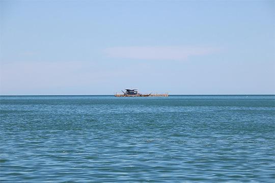 Un barco a lo lejos
