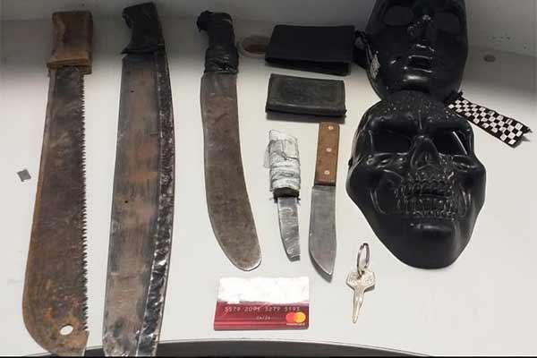 las máscaras y machetes decomisados